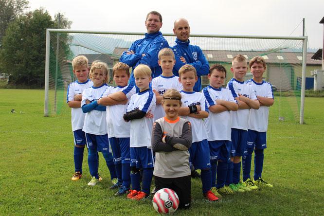 Mannschaft 2 mit den Trainern Christian Linß und Matthias Geis; Foto: TSV
