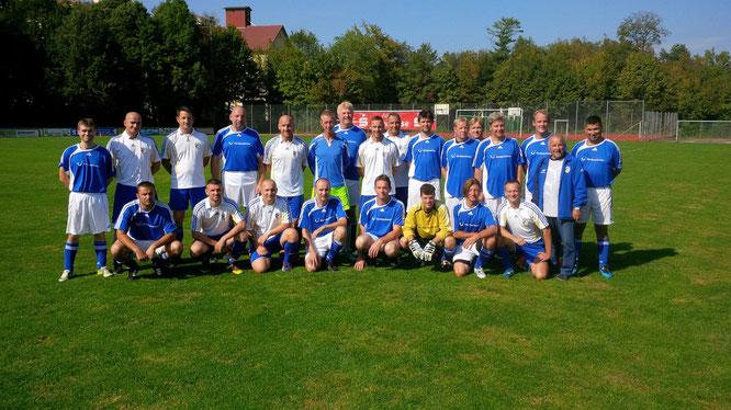 Die Mannschaften des FC Carl Zeiss Jena und des TSV (blaue Trikots)