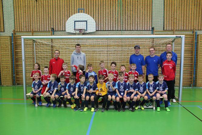 Hinten stehend: die Siegermannschaft des FSV Hohenroth; Vorne sitzend: die zweitplatzierte Mannschaft des TSV Mellrichstadt; Foto: TSV, Graf