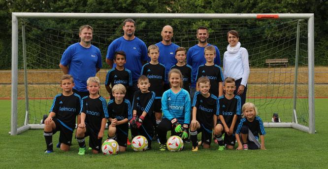 Die Mannschaft der U11 freut sich, ab sofort in neuen Trikots der Firma Fielmann spielen zu dürfen. Gespendet wurden diese von der Filiale in Bad Neustadt, vertreten durch die Filialleiterin Frau Gensler. Foto: TSV