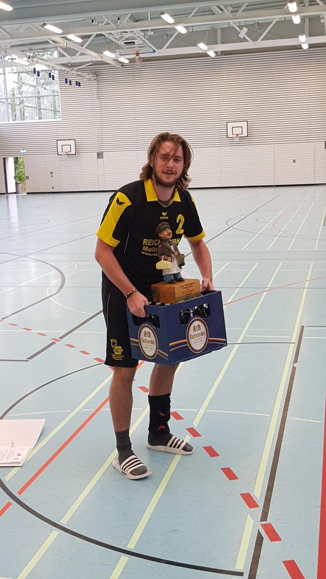 """""""Coach"""" Lukas Kupfer mit Pokal und Gewinn. Foto: TSV, Pfeiffer"""