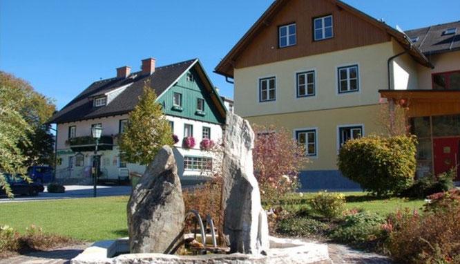Hauptplatz in Pruggern mit Gemeindeamt und Volksschule