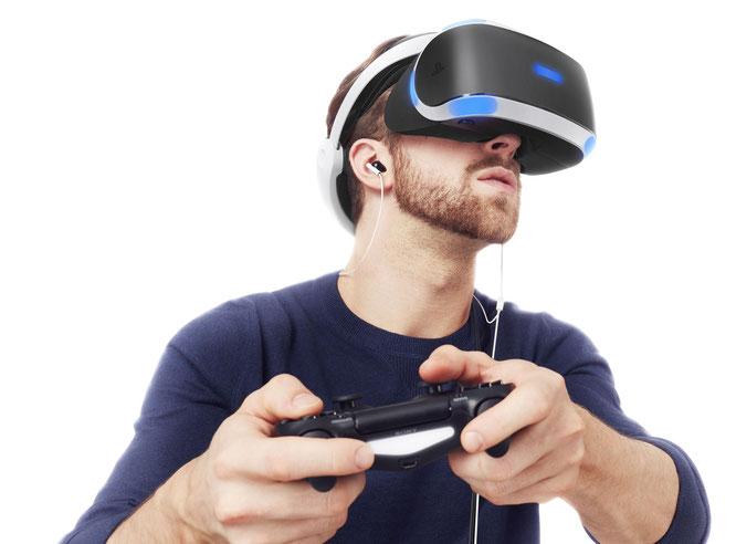 Wer ein Headset wie PlayStation VR aufzieht, nimmt seine Umwelt nicht mehr wahr. Um Unfällen vorzubeugen, sollte man deshalb den Bewegungs-Bereich absichern - oder besser gleich sitzen bleiben.führen könnten.