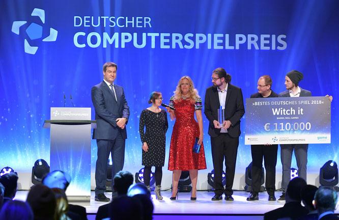 """Die einzige bundesweite Förder-Instanz für Games ist der """"DCP"""". In diesem Jahr gewann der Hamburger """"Witch it!""""-Entwickler Barrel Roll - hier zu sehen neben Moderatorin Barbara Schöneberger und dem bayerischen Ministerpräsidenten Markus Söder"""
