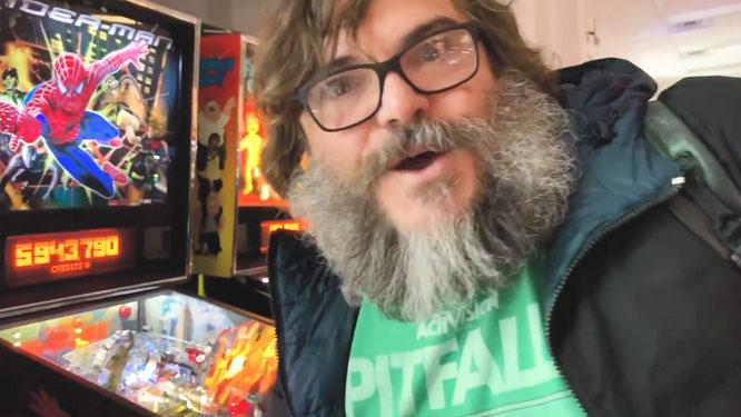 """Freut sich in der """"Pinball Hall of Fame"""" über klassische und aktuelle Flipper-Geräte: Hollywood-Star Jack Black im ersten Video seines Spiele-Kanals Jablinski Games."""