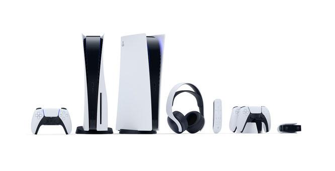 Attraktive Familie: PS5 und Digital-Edition nebst DualSense, 3D-Headset, Fernbedienung, Controller-Ladestation und Kamera.