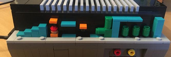 """Unter einem abnehmbaren Stück Verschalung auf der NES-Seite findet sich ein knuffiges Easter-Egg: Eine Warp-Zone aus dem ersten """"Super Mario Bros."""""""