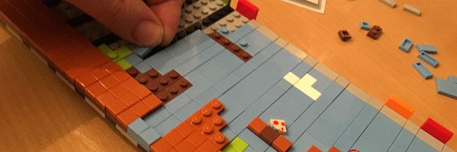 """Das anstrengendste Stück am ganzen Modell: Eine LEGO-Leinwand aus Tiles und Plates """"knüpfen"""", um sie anschließend zu einer Art Filmrolle zu verknüpfen"""