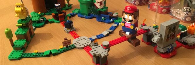"""Die verschiedenen """"Szenen"""" aus LEGO Mario werden über schmale Plates beliebig miteinander kombiniert. Das Ergebnis: ein mit digitalenen Spielereien angereicherter Hindernis-Parcours"""