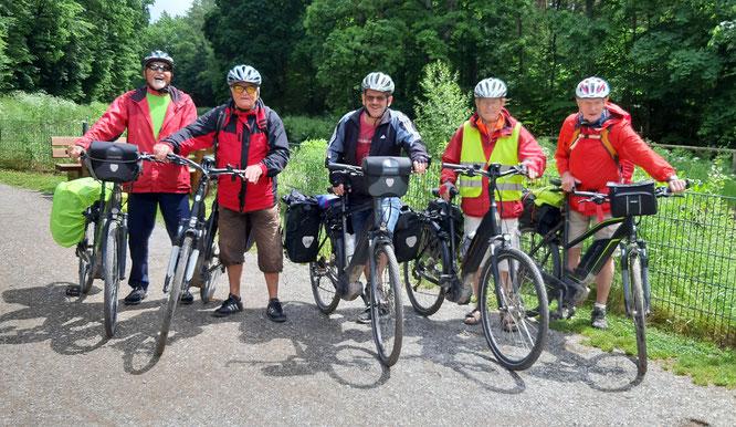 Herren-Radfahrer der Freiezeit-Abteiung auf dem Fünf-Flüsse-Radweg (Gruppenbild)