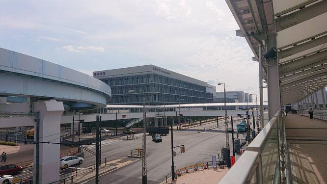 ゆりかもめ市場前駅から歩行者デッキで直結している管理施設棟に事務所が入居しています。