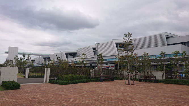 市場周縁の「豊洲ぐるり公園」から見た豊洲市場水産仲卸売場棟です。