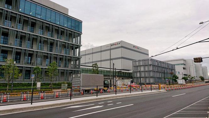 豊洲市場7街区の正門(南)前。手前は管理施設棟、奥が冷蔵庫棟、さらに右奥が水産卸売場棟です。