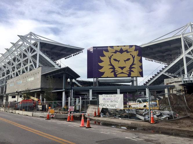 Para llegar al Camping World Stadium, hay que pasar por el nuevo estadio del Orlando City. En dicho estadio, se podía ver una pancarta apoyando al Chapecoense.