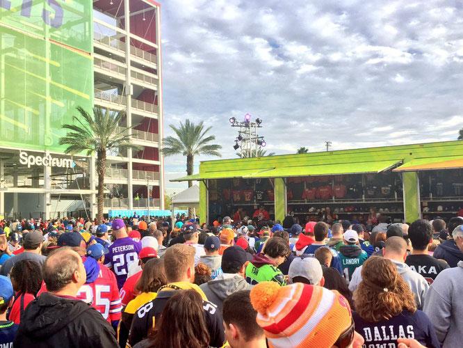 Los hinchas haciendo fila para comprar una camiseta del Pro Bowl por 190 USD.