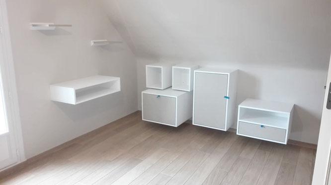 Ensemble de meubles de rangement blancs, crèmes suspendus
