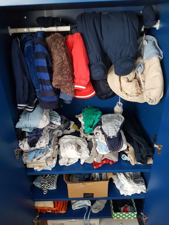 Juniors gut ausgestatteter Kleiderschrank. Etwa 80% seiner Kleidung haben wir gebraucht erstanden.
