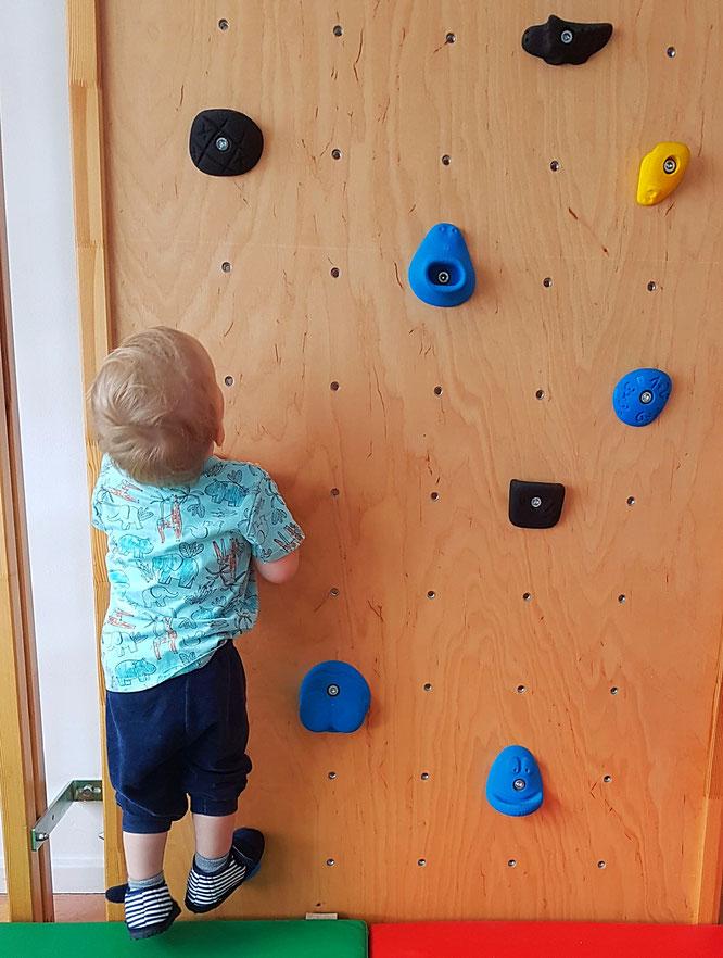 Kleinkind klettert in Kita. Thema Kita, Kinderbetreuung & Eingewöhnung auf Mama-Blog Patschehand.de.