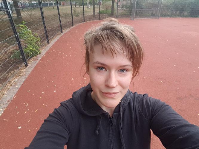 Mama Jana Patschehand auf dem Sportplatz: Arbeit an der Fitness.