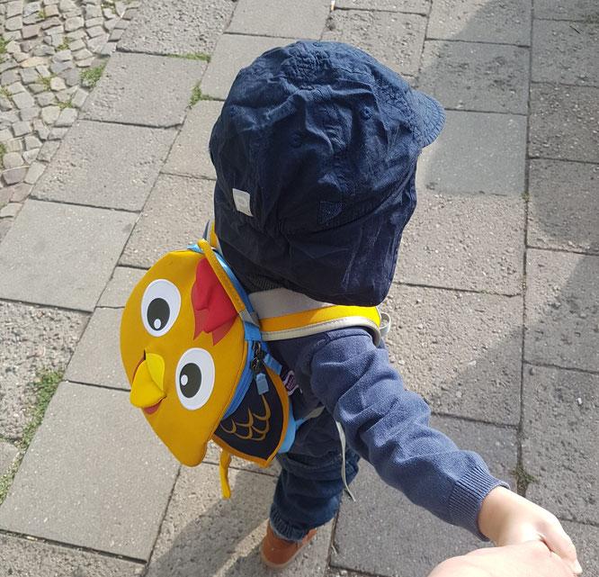 """Kleinkind mit Rucksack """"Hanno Hahn"""" von """"Affenzahn"""" im Eingewöhnungs-Tagebuch auf Mama-Blog Patschehand.de"""