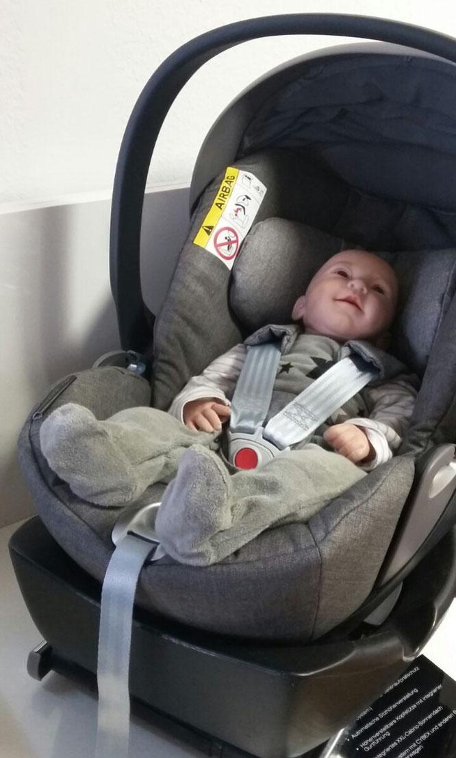 Babypuppe in Babyschale im Zwergperten-Shop Berlin-Friedrichshain.