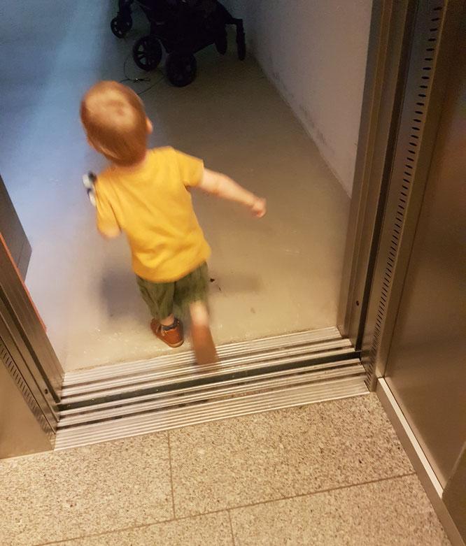 Kleinkind rennt aus dem Fahrstuhl nach Vormittag in der Kita. Kita-Tagebuch über die Eingewöhnung auf Patschehand.de.