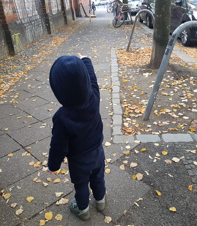 Kleinkind mit Mama-Bloggerin Jana Patschehand zu Fuß auf dem Weg in die Kita.