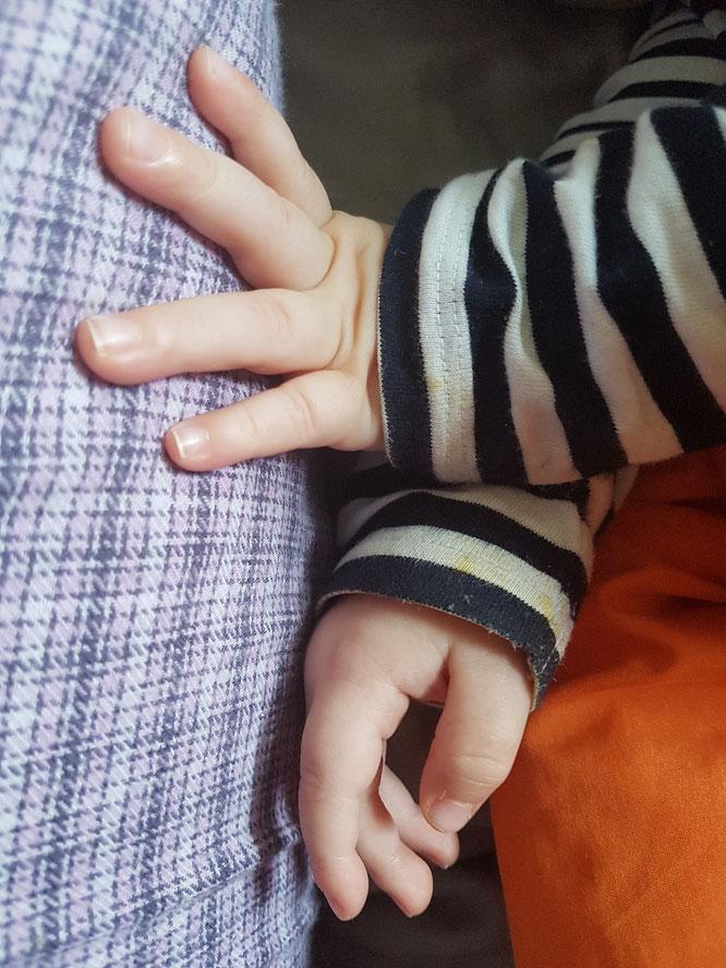 Mama-Blog patschehand.de: Juniors Hände beim Schlafen an Mamas Bein