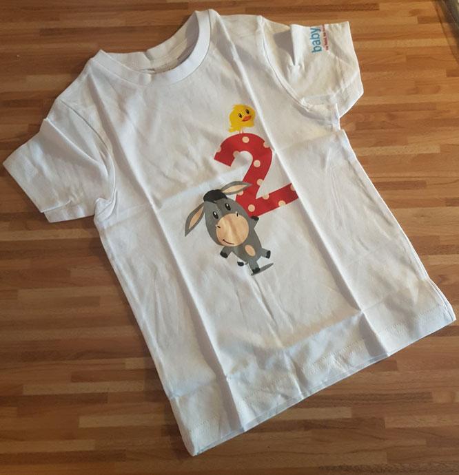 """Lohnt sich die Mitgliedschaft in Babyclubs? Geschenk zum zweiten Geburtstag von """"Babywelt"""" ist ein niedliches T-Shirt."""
