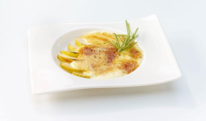 Ziegenfrischkäse-Crème-Brûlée mit Williamsbirne und Rosmarin ©Debic