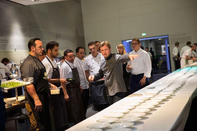 Kevin Fehling bei der Vorbereitung der Vorspeise: Aal und Auster im Yuzu-Apfel-Sud. Verleihung des ECKART 2015, BMW Museum ©BMW Group