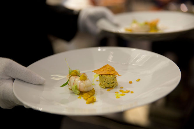 Langustine mit Taschenkrebs, gelbe Linsen, Stangensellerie und Anapurna-Curry von Martin Fauster, München Foto: ©BMW Group