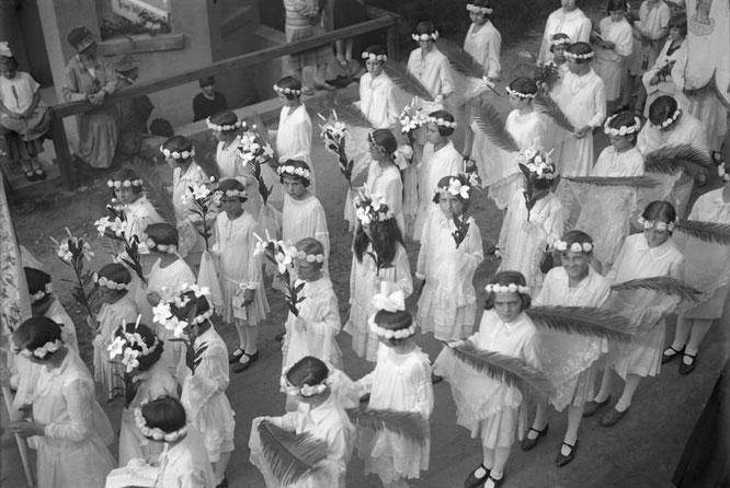 Kommunionkinder bei der Palmprozession 1932 in Bingen, Bundesarchiv Bild 102-13232,CC BY SA 3.0.de