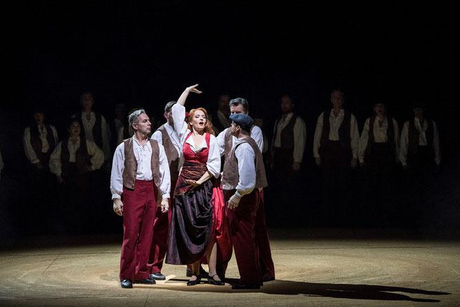 Opernchor, Bettina Ranch (Carmen), Luc Robert (Don José) (v.l.) Foto: Matthias Jung