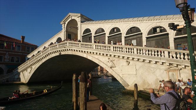 Ein Muss in Venedig: Die Rialtobrücke, proppevoll Tag für Tag