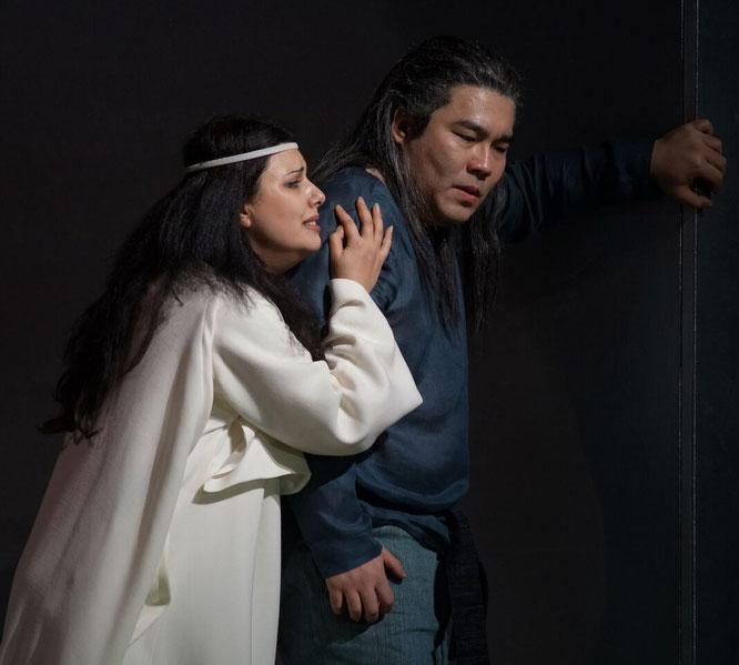 Norma (Hrachuhi Bassenz) und ihr Vater Oroveso (Dong-Won Seo),  Karl und Monika Forster.