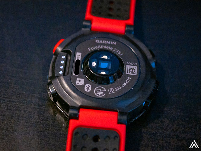 光学式の心拍計が時計の裏にあります。