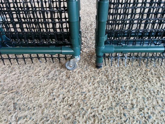 土のうステーション(折畳式土のうボックス) 左:前2脚キャスター仕様 右:4脚アジャスター仕様