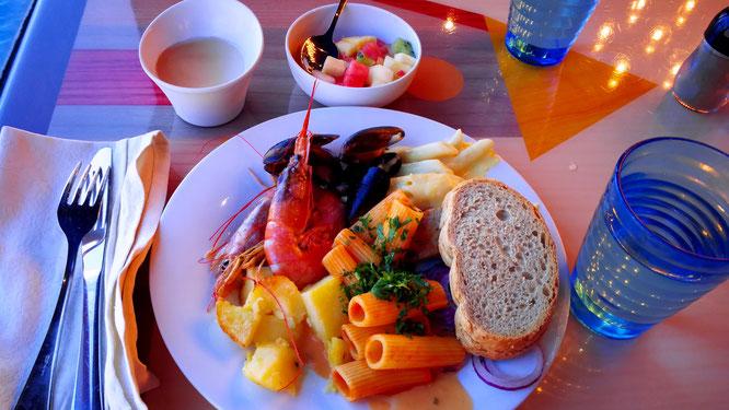 Есть разная кухня на выбор: итальянская, для любителей мяса и морепродуктов и вегетерианская.