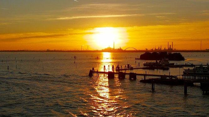 Закат на окраине Венеции. Вид с лайнера. (с) Дамир Байманов