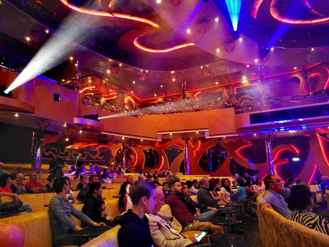 Несмотря на то, что театр большой, всех пассажиров разом он не может вместить. Поэтому одно и то же шоу проводят здесь два раза за вечер.