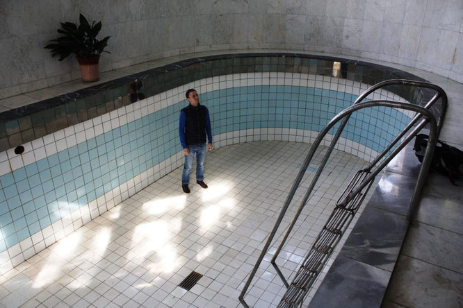 Дальше мы посмотрели бассейн. Довольно глубокий. (с) Дамир Байманов