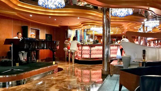 Один из многочисленных баров на лайнере с живой музыкой.