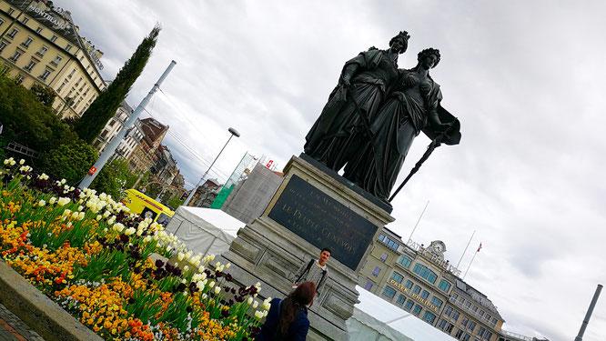 (с) Дамир Байманов. Памятник Женеве и Швейцарий, изображенной в виде двух женщин, обнимающих друг друга.