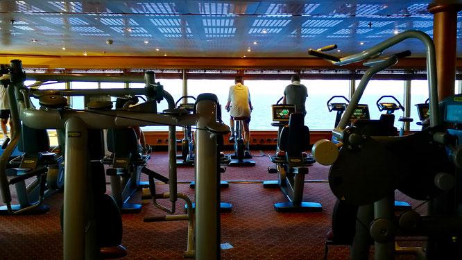 Фитнес-центр с панорамными окнами на море.