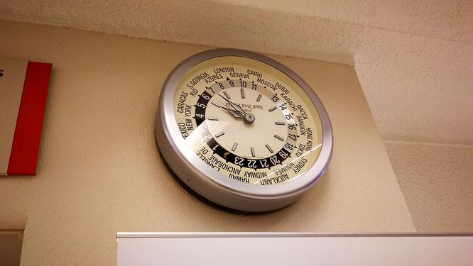 Часы показывают мировое время.