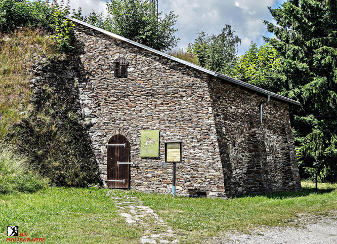 Rekonstruierter Steinbau auf dem sich bis 1905 der Pferdegöpel befand. Hier findet man auch den Treibeschacht.