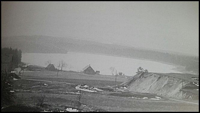 alte Teichwärterhaus mit Bootshaus am Rande, links die Tafelhalde Adam Heber