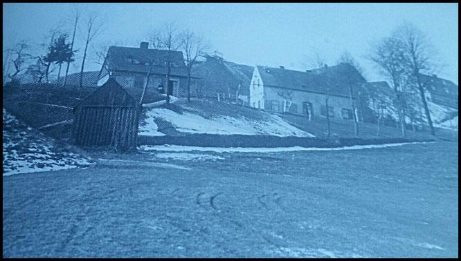 Foto 1931: Zu sehen ist das Mundloch des Griefner Stollen, die FG Morgenstern und  ebenfalls das frühere Stickmaschinenhäuschen, rechts oben die FG Sauschwart