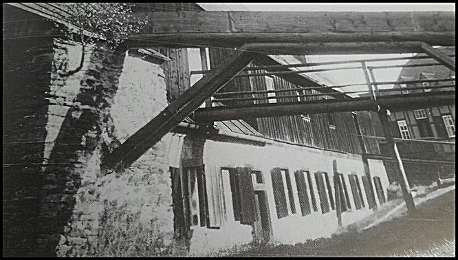 Vom Kunstgraben hergehende hölzerne Konstruktion zur Weiterleitung des Wassers ins Pochwerk